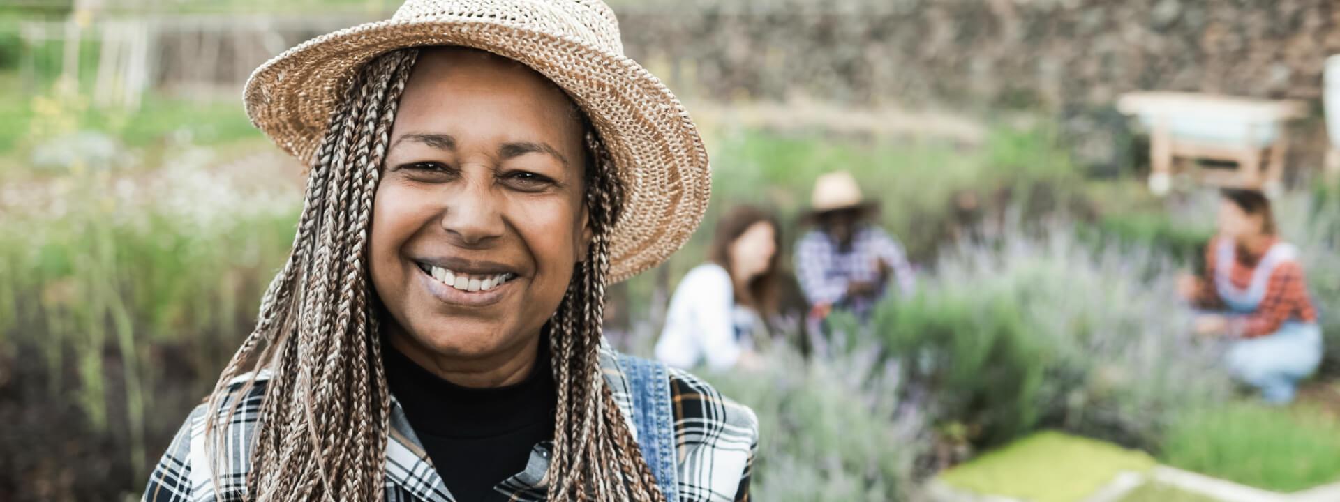 african-senior-farmer-smiling-on-camera-during-har-UEQ6Q3E (2) (1)